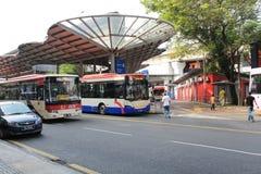 Sección del autobús al lado del lrt en el seni pasar Imagen de archivo