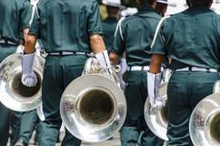 Sección del cuerno de la banda en el desfile fotografía de archivo