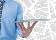 Sección del hombre de negocios mediados de con la tableta contra el contexto del documento Fotos de archivo libres de regalías