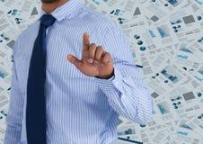 Sección del hombre de negocios mediados de que señala contra el contexto del documento Imagenes de archivo