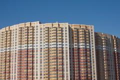 Sección superior del edificio de varios pisos imagenes de archivo