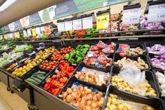 Sección vegetal de un supermercado con las porciones de diversas verduras Fotos de archivo libres de regalías