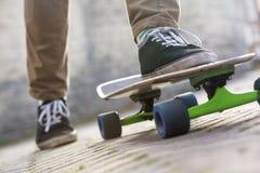 Sección baja del Skateboarding del hombre Imagen de archivo libre de regalías