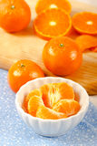 Secciones de la mandarina en el tazón de fuente blanco Imagen de archivo libre de regalías