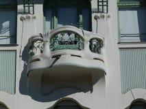 Secesjonisty stylowy fasadowy szczegół z balkonem i zieleni okno zdjęcie stock