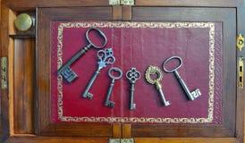 Sechs antike Schlüssel Lizenzfreie Stockfotos