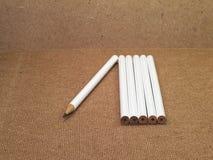 Sechs Bleistifte mit einem Bleistift geschärft und fünf Bleistifte unsharpened Lizenzfreies Stockfoto