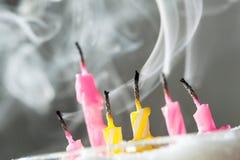 Sechs brennen heraus Kerzen durch Lizenzfreies Stockbild