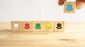 Sechs denkendes Hutkonzept, die Erfolgsweise unter zur menschlichen Abnutzung die Hut beim Sprechen, die Hüte einschließlich Gefü stockfoto