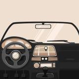 Sechs (6) Drehzahl-Auto-Übertragung Inneres Auto Der kleine Junge unzufrieden gemacht Stockfotos