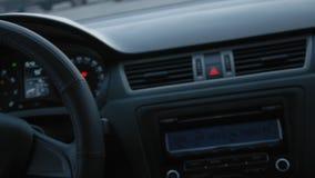 Sechs (6) Drehzahl-Auto-Übertragung Schließen Sie oben vom Autoinnenraum, Lenkrad Langsame Bewegung stock footage