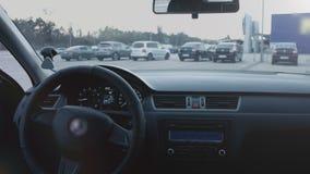 Sechs (6) Drehzahl-Auto-?bertragung Schlie?en Sie oben vom Autoinnenraum und Rad srteering Langsame Bewegung stock footage