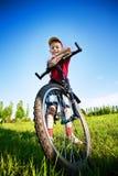 Sechs Einjahresjunge auf einem Fahrrad Lizenzfreie Stockfotos