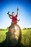 Sechs Einjahresjunge auf einem Fahrrad Stockbilder