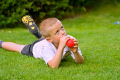 Sechs Einjahresjunge, der einen Ballon anhält Stockfoto