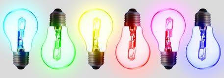 Sechs elektrische Standardbirnen, in der Farbe des Regenbogens lizenzfreie stockfotos