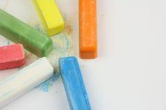 Sechs farbige Kinderzeichenstifte zerstreut auf Weißbuch, Kopienraum stockbilder