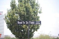 Sechs Flaggen-Verkehrsschild Stockfoto