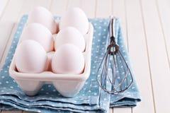 Sechs frische Eier in der Eihalterung Stockfotos