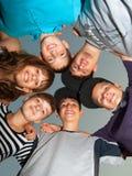 Sechs glückliche Jugendliche, die im Kreis stehen Lizenzfreie Stockfotos