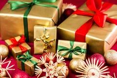 Sechs goldene Weihnachtsgeschenke mit Bögen Stockbild