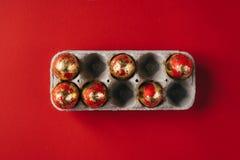 Sechs goldenes gefärbt und verziert mit Scheine Ostereiern im Pappeikasten stockbilder
