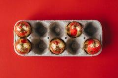 Sechs goldenes gefärbt und verziert mit Scheine Ostereiern im Pappeikasten stockfotos