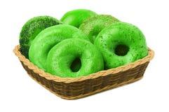 Sechs grüne Bagel in einem Korb Lizenzfreie Stockbilder