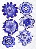 Sechs Hand gezeichnete Blumen auf dem Blatt des karierten Papiers Lizenzfreie Stockfotos