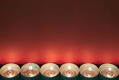Sechs helle Kerzen des Tees unterstützen hellroten Hintergrund stockbild