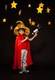 Sechs Jahre alte Junge, die Sterngucker mit Teleskop spielen Stockbild