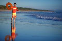 Sechs Jahre alte Junge mit swimtrainer auf exotischem Strand Stockbilder