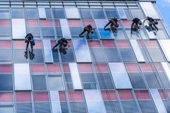 Sechs junge Männer säubern Fenster Lizenzfreies Stockbild