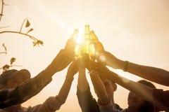 Sechs Jungeunternehmer, der zusammen Toast für Erfolg in b erfasst lizenzfreie stockfotografie