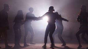 Sechs kaukasische Rapper f?hren an der dunklen Stra?e durch unvergessliche Darstellung stock video