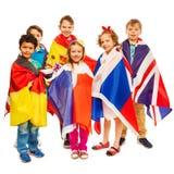 Sechs Kinder eingewickelt in den Flaggen von europäischen Nationen Lizenzfreie Stockfotografie