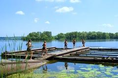 Sechs Kinder laufen gelassen durch Brücke Lizenzfreie Stockbilder