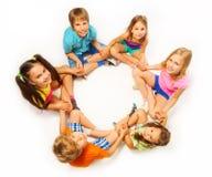 Sechs Kinder sitzen in einer Lotoshaltung Stockfoto