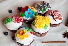 Sechs kleine Kuchen Stockfotos