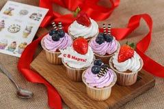 Sechs kleine Kuchen für den 8. März stockbilder