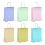 Sechs leere EinkaufsPapiertüten in den Pastellfarben Stockfotos