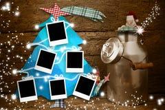 Sechs leere Fotorahmen, die an einem Weihnachtsbaum hängen Lizenzfreies Stockbild
