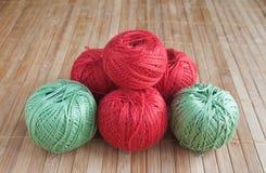 Sechs mehrfarbige Bälle von Threads für das Stricken auf einem beige Hintergrund Steuern Sie Arbeit automatisch an Stricken der G Lizenzfreie Stockfotografie
