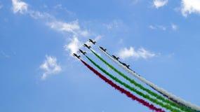 Sechs Militärflugzeugfliegen in der Gruppe Lizenzfreie Stockfotos