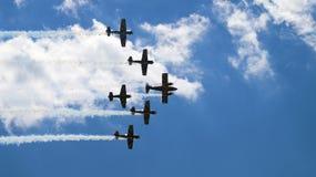 Sechs Militärpropellerflugzeuge, die in die Gruppe fliegen Stockfoto