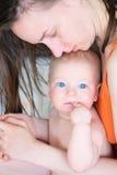 Sechs Monate alte Baby mit Mutter Lizenzfreie Stockfotos