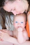 Sechs Monate alte Baby mit Mutter Stockfotografie
