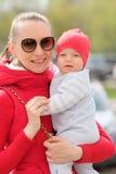 Sechs Monate alte Baby mit Mutter Stockbilder