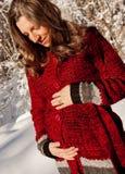 Sechs Monate schwanger im Winter Stockbild