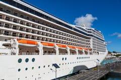 Sechs orange Rettungsboote auf Kreuzschiff Lizenzfreie Stockfotografie